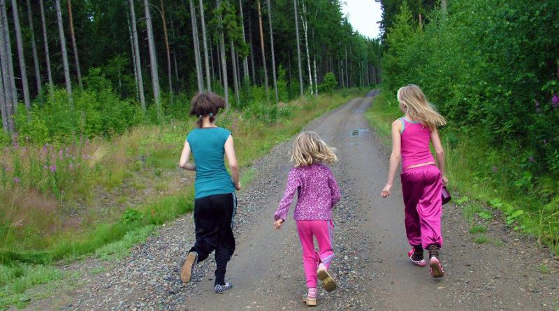 dzieci biegnące przez las